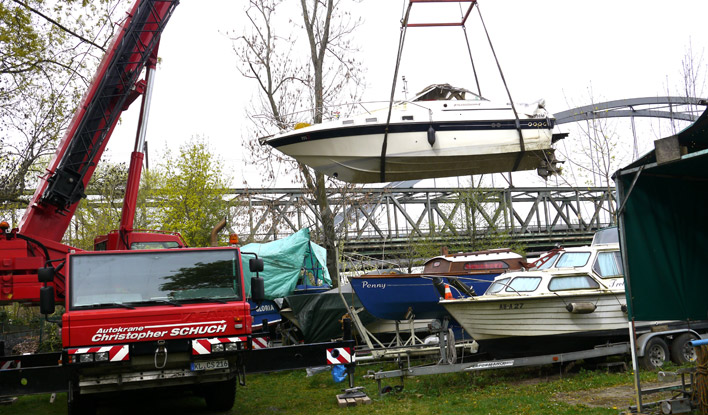 Sportboot am Kran hängend am FKV Außengelände