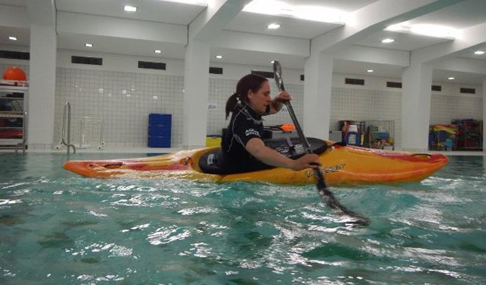Kajaktraining im Schwimmbad beim Frankfurter Kanu-Verein