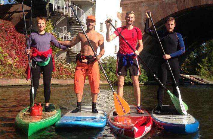 Die Stand-up Paddler des Frankfurter Kanu-Vereins beim Paddeln auf dem Main