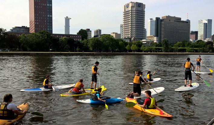 Die Kanu-Jugend des Frankfurter Kanu-Vereins beim SUP Paddeln auf dem Main