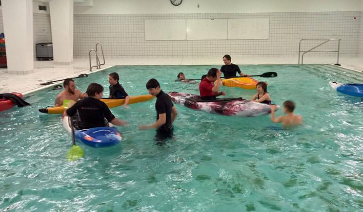 Jugendliche des Frankfurter Kanu-Vereins beim Schwimmbadtraining