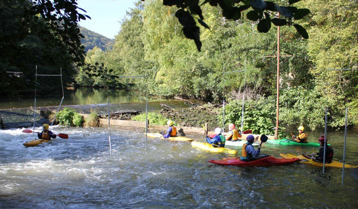 Der Frankfurter Kanu-Verein bietet Ausbildung im Wildwasser-Kajak für Kinder und Jugendliche an