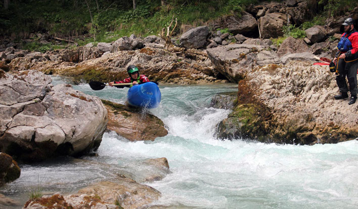 Ein Paddler des Frankfurter Kanu-Verein fährt über Felsen